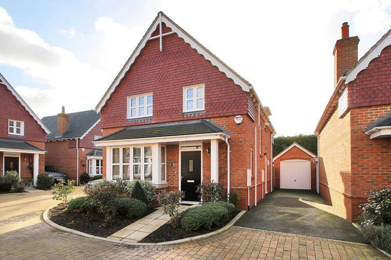 4 Bedrooms Detached House for sale in Fivens Place, Horsham
