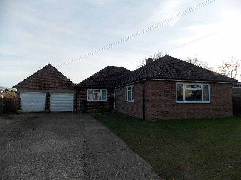 4 Bedrooms Detached Bungalow for sale in Furze Close, Thurston