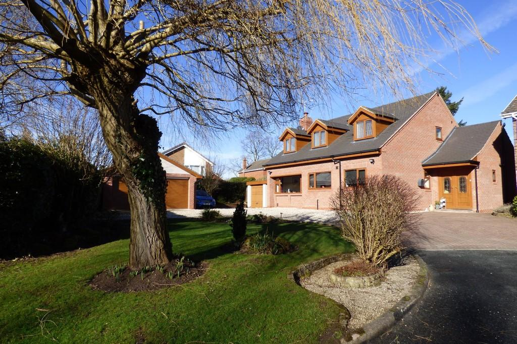 4 Bedrooms Detached House for sale in Woodside Close, Little Haywood, Stafford