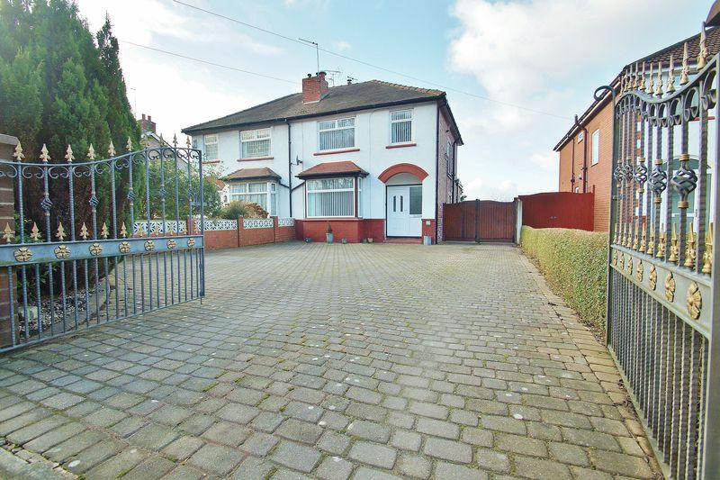 3 Bedrooms Semi Detached House for sale in Guinea Hall Lane, Southport