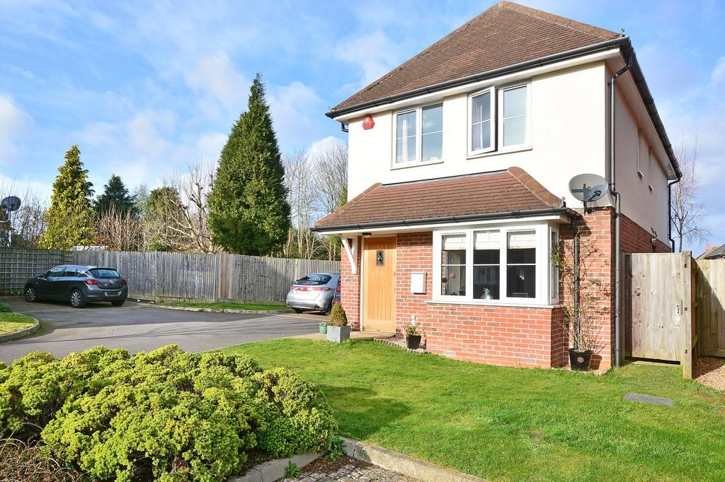 3 Bedrooms Detached House for sale in The Gables, Guildford