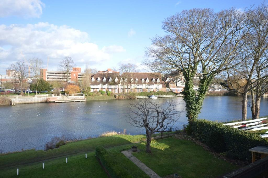 2 Bedrooms Apartment Flat for sale in Riverside Drive, Staines-upon-Thames