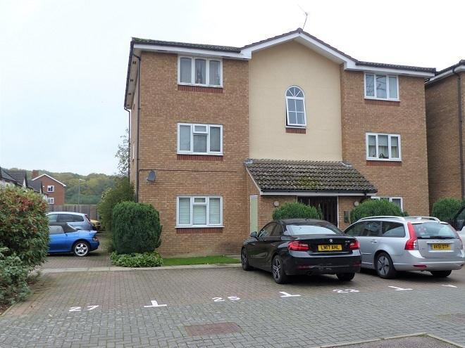 2 Bedrooms Ground Flat for sale in Turnberry Court, Carpenders Park WD19