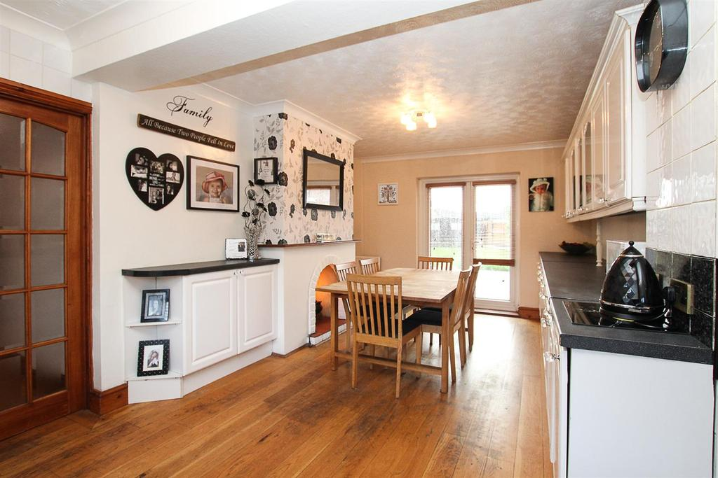 5 Bedrooms Semi Detached House for sale in Danes Way, Pilgrims Hatch, Brentwood