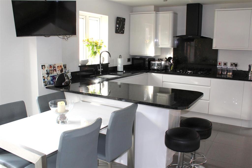 4 Bedrooms Detached House for sale in Oaktree Close, West Cross