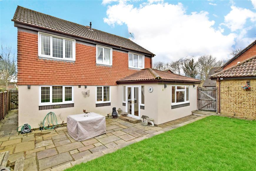 4 Bedrooms Detached House for sale in Porchester Close, Southwater, Horsham, West Sussex