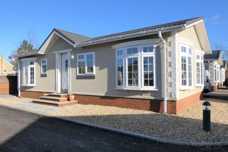 2 Bedrooms Detached House for sale in Kings Court, Sellwood Drive, Carterton, Oxon