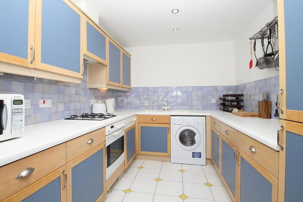 3 Bedrooms Flat for sale in Bellamys Court, Surrey Quays SE16