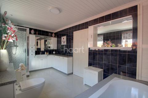 3 bedroom bungalow for sale - Lindale Close, Northampton