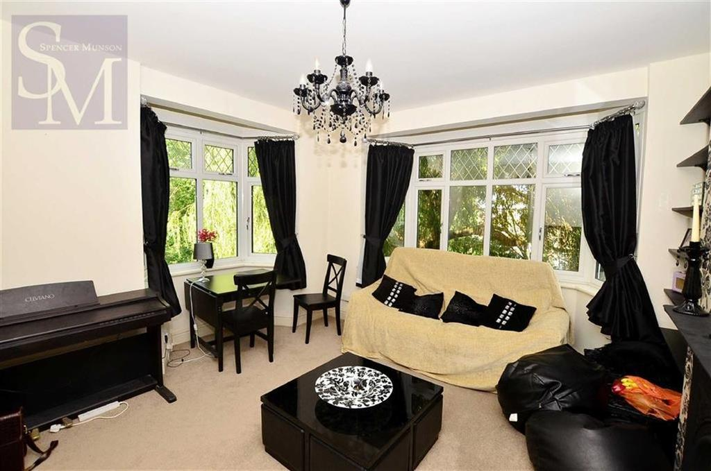 2 Bedrooms Flat for sale in Rectory Court, Loughton, Essex