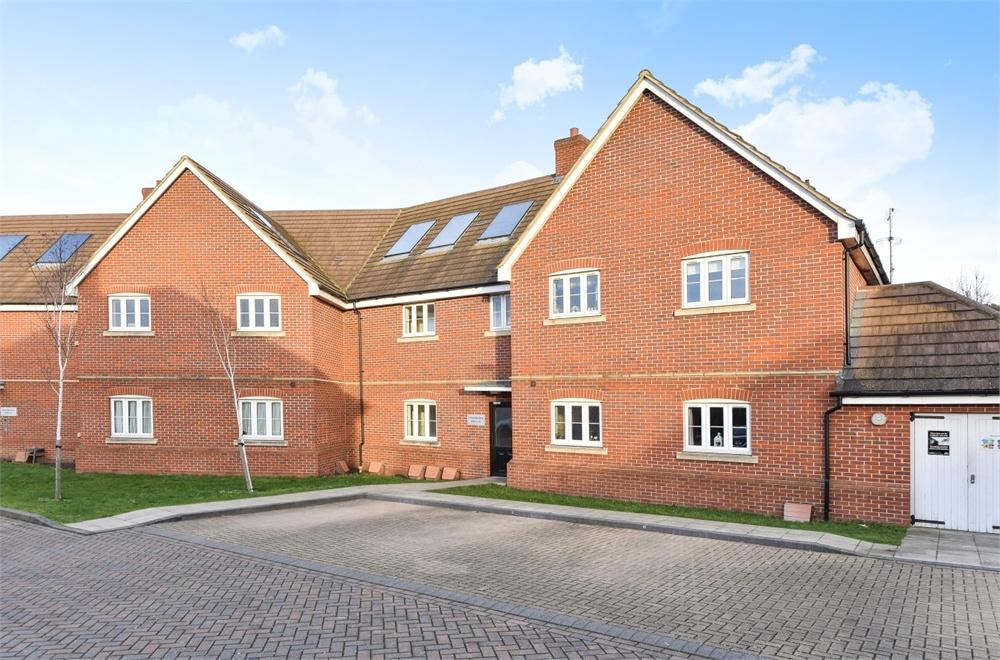 2 Bedrooms Flat for sale in 1 Perendale Drive, Shepperton, Surrey