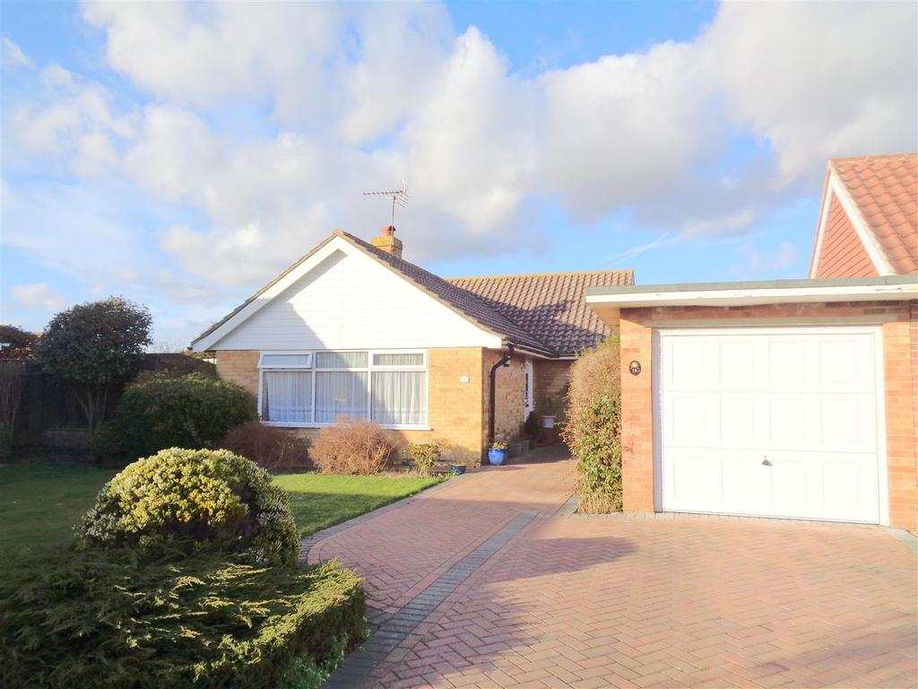 2 Bedrooms Detached Bungalow for sale in Greyfriars Close, West Meads
