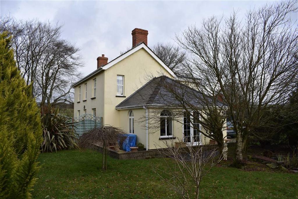 3 Bedrooms Detached House for sale in Coed Y Bryn, Llandysul, Carmarthenshire