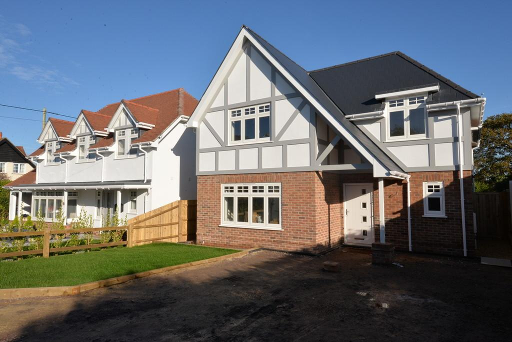 3 Bedrooms Detached House for sale in Barton Court Avenue, New Milton