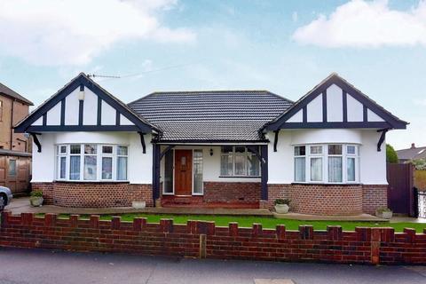 4 bedroom bungalow to rent - Carisbrooke Avenue, Bexley