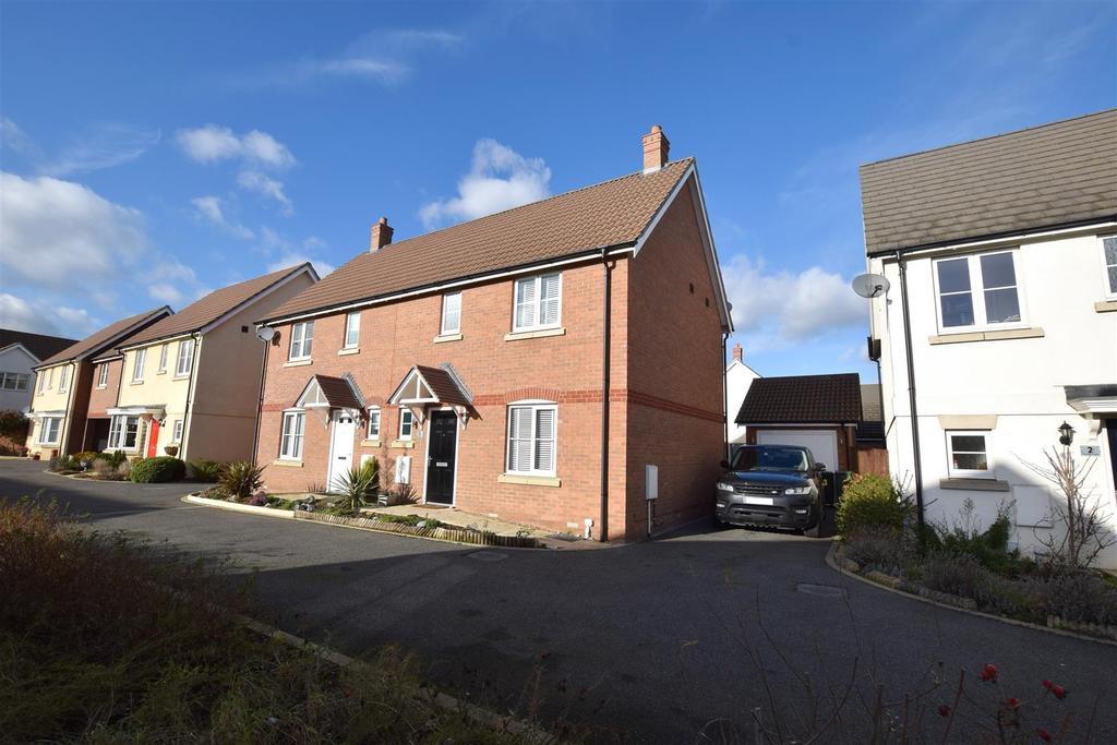 3 Bedrooms Semi Detached House for sale in Thrumble Close, Mayland, Essex