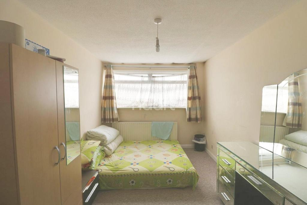 3 Bedrooms Terraced House for sale in Jubilee Avenue, Romford, RM7