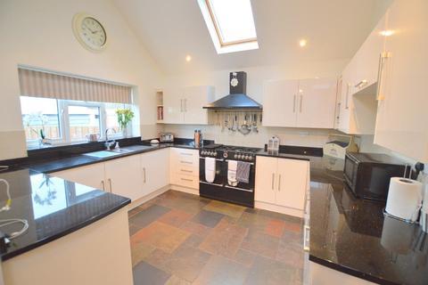 3 bedroom bungalow for sale - Elm Avenue, Caddington, LU1 4HS