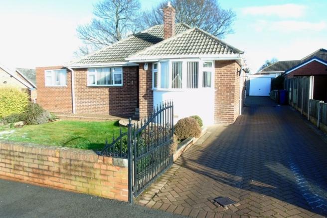 3 Bedrooms Bungalow for sale in 4 Downs Crescent, Pogmoor, Barnsley, S75 2JQ