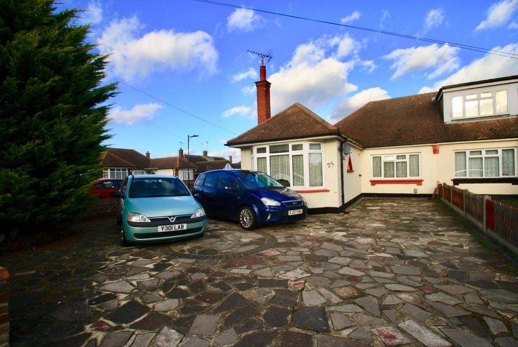 3 Bedrooms Semi Detached Bungalow for sale in Langport Drive, Westcliff-On-Sea