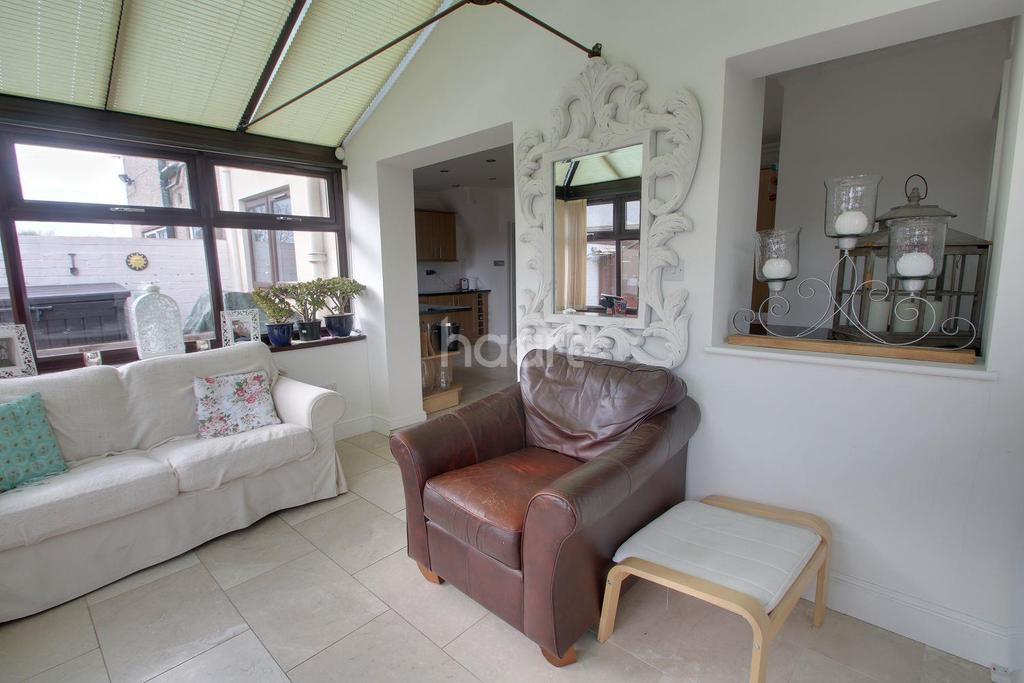 6 Bedrooms Semi Detached House for sale in Upminster Road North, Rainham