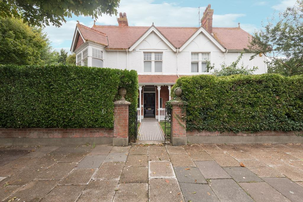 4 Bedrooms Detached House for sale in Pembroke Avenue, Hove, BN3