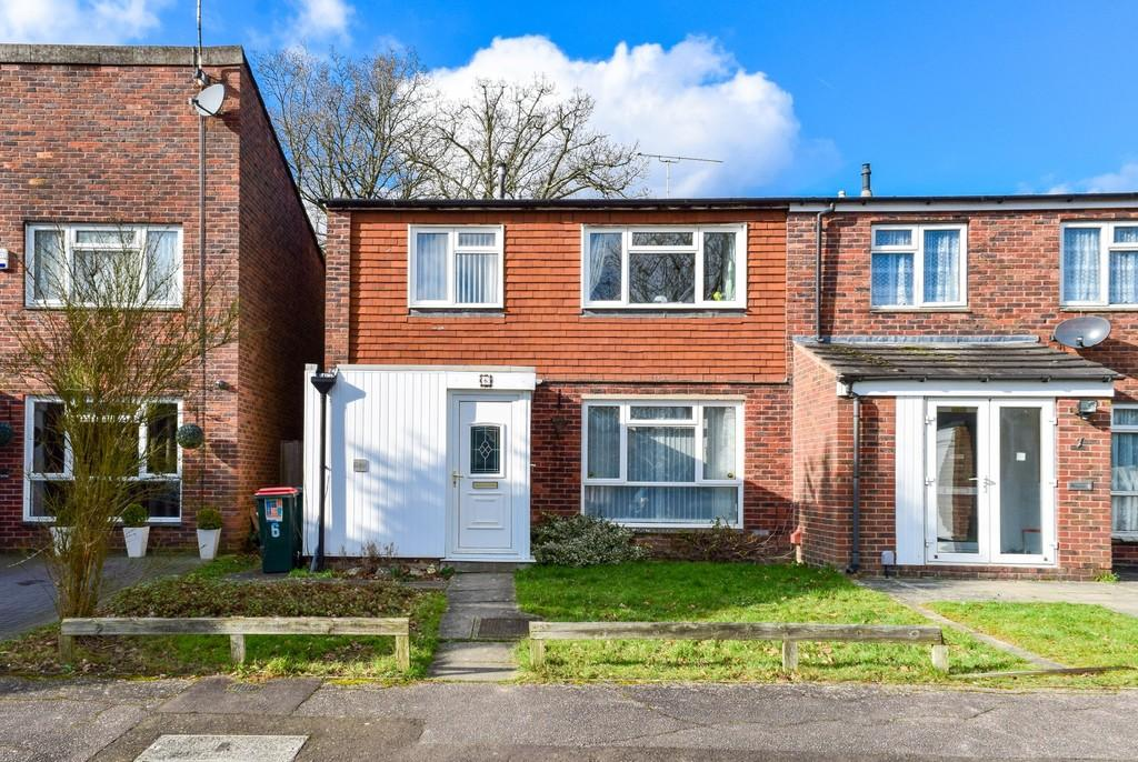 3 Bedrooms Semi Detached House for sale in Rona Close, Broadfield