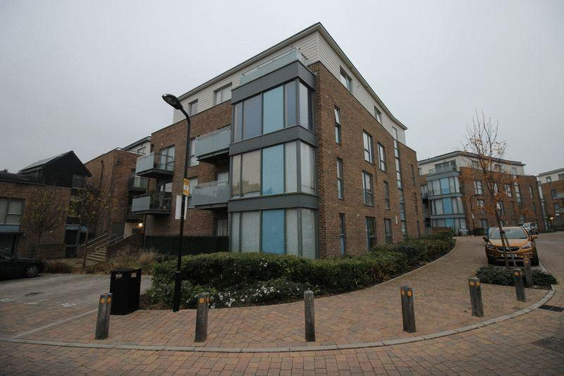 2 Bedrooms Flat for sale in Caulfield Gardens, Pinner, Middlesex, HA5 3JA