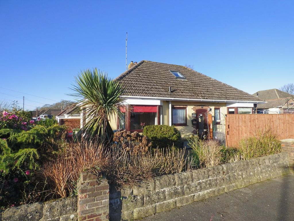 2 Bedrooms Detached Bungalow for sale in BROADSTONE/POOLE FRINGES