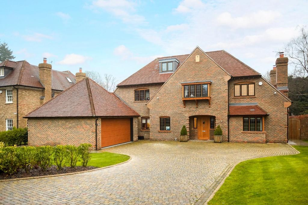 6 Bedrooms Detached House for sale in Woodland Way, Kingswood