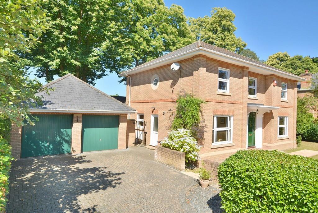 4 Bedrooms Detached House for sale in Badgers Walk, Ferndown