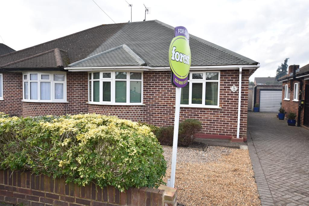 2 Bedrooms Bungalow for sale in Green Lane, Sunbury-on-thames