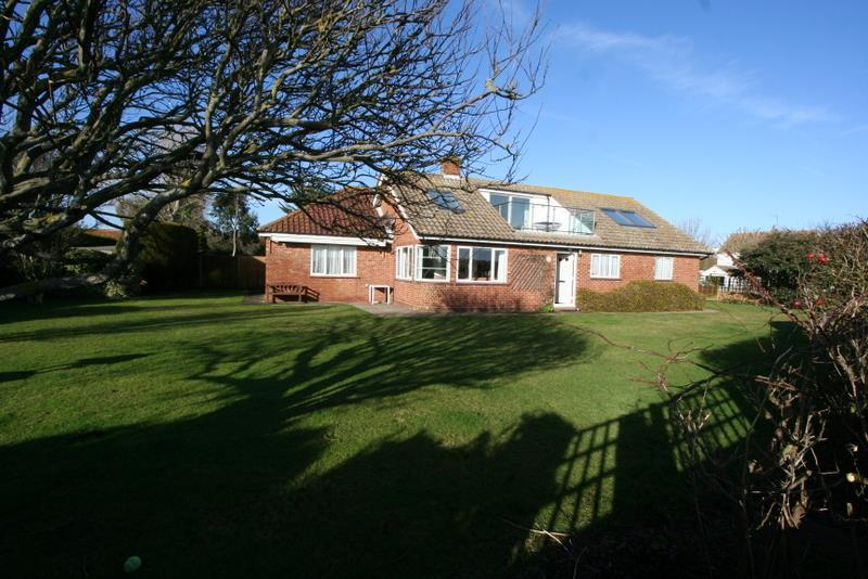 5 Bedrooms Bungalow for sale in Warley Way, Frinton on Sea