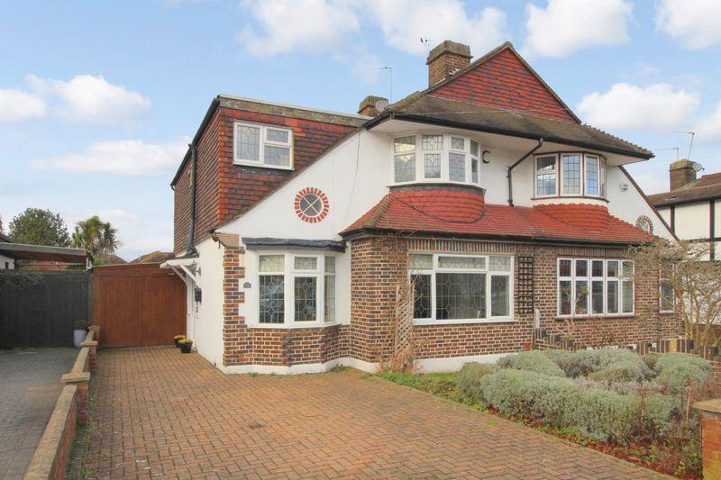 5 Bedrooms Chalet House for sale in FRENSHAM ROAD NEW ELTHAM SE9 3RG