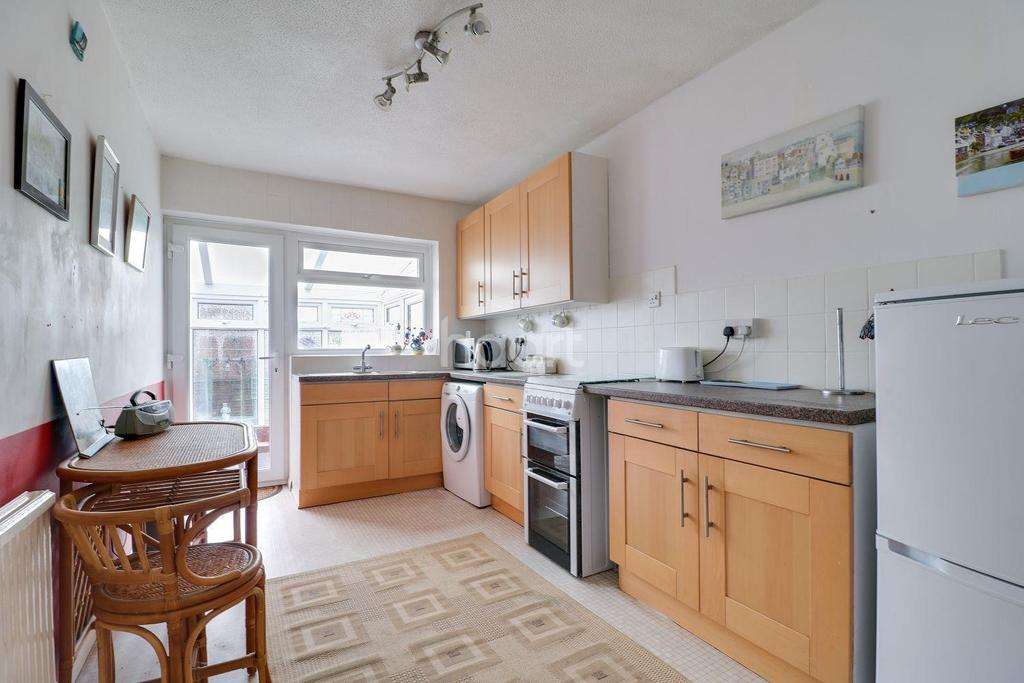2 Bedrooms Bungalow for sale in Cumberland Avenue, South Benfleet