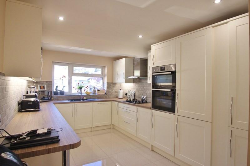 2 Bedrooms Bungalow for sale in Struan Drive, Ringwood
