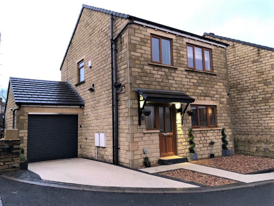 3 Bedrooms Detached House for sale in New Street, Kirkheaton, Huddersfield, HD5 0DG