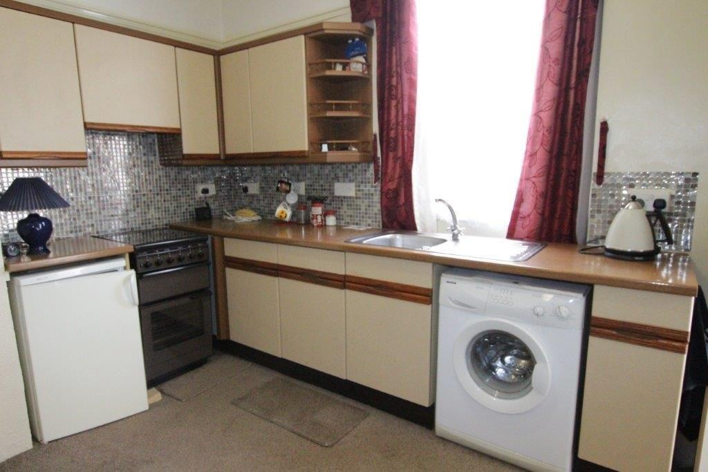 Yorkshire Terrace: Carlinghow Lane, BATLEY, West Yorkshire 1 Bed End Of