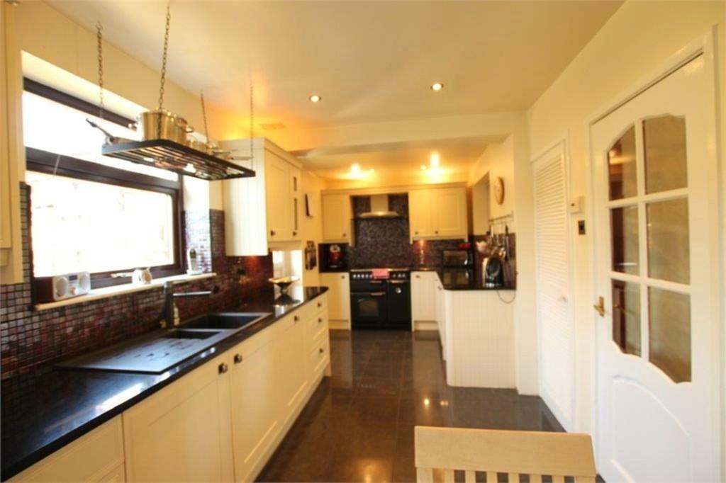 3 Bedrooms Semi Detached House for sale in Douglas Avenue, BATLEY, West Yorkshire