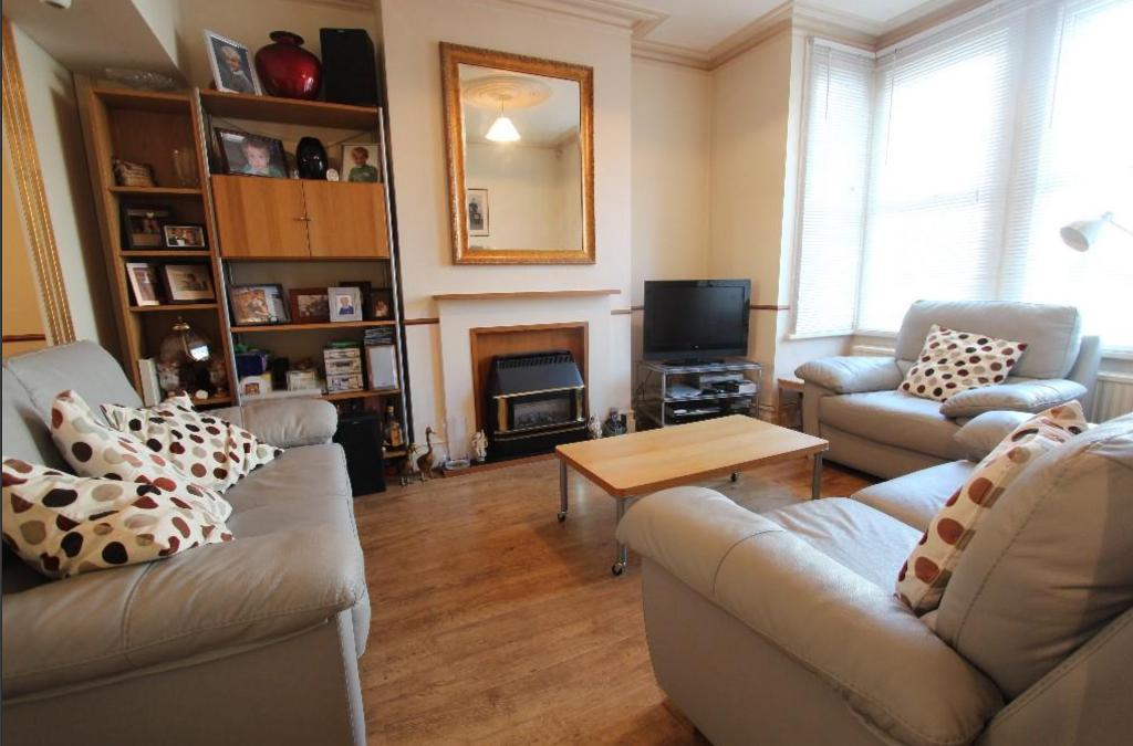 3 Bedrooms Terraced House for sale in Chambers Gardens, London, N2 9al