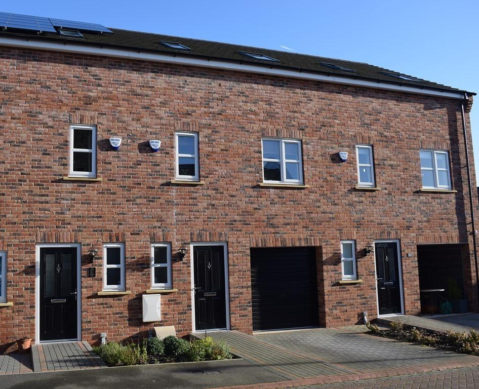 3 Bedrooms Town House for sale in Pine Walk, Cleethorpes, DN35 8BP