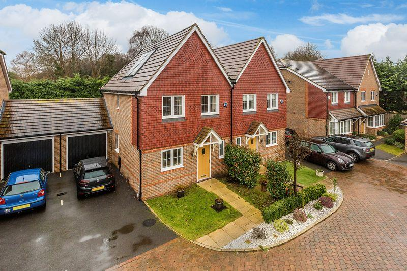 3 Bedrooms Semi Detached House for sale in Morgan Close, Guildford