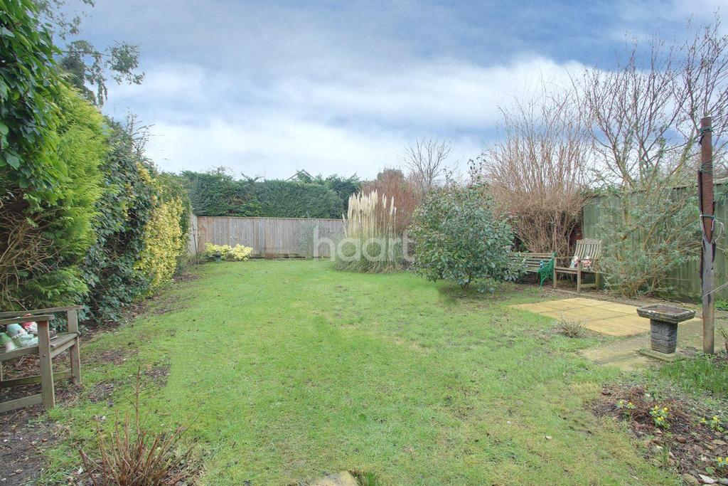 3 Bedrooms Semi Detached House for sale in Holywell Close