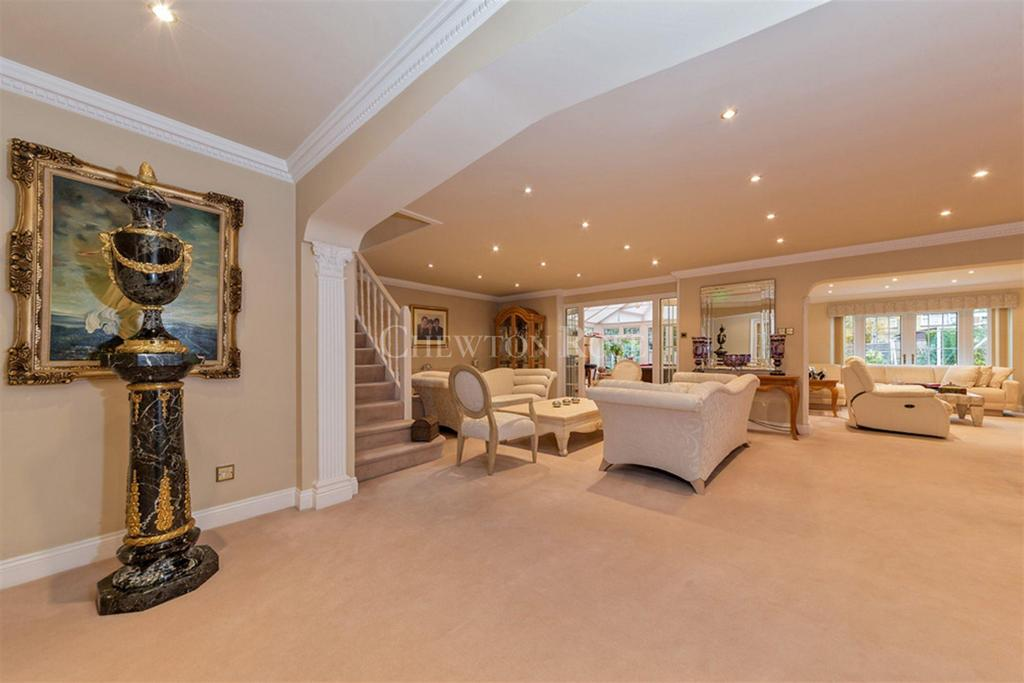 4 Bedrooms Detached House for sale in Loughton