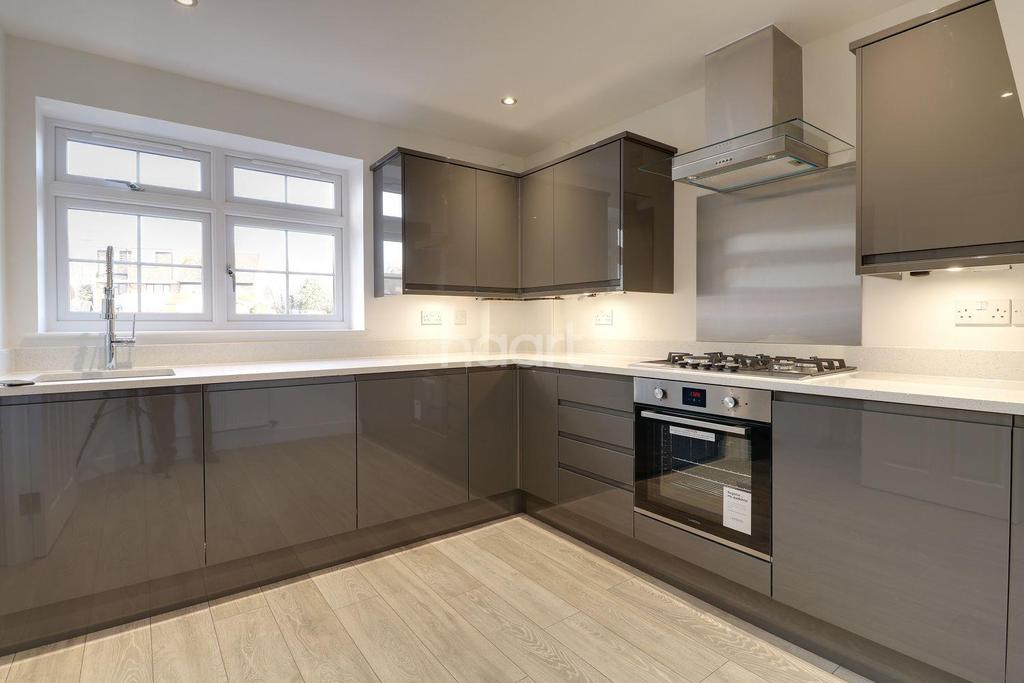 4 Bedrooms Semi Detached House for sale in Rose Gardens, South Road, South Ockendon RM15 6BP