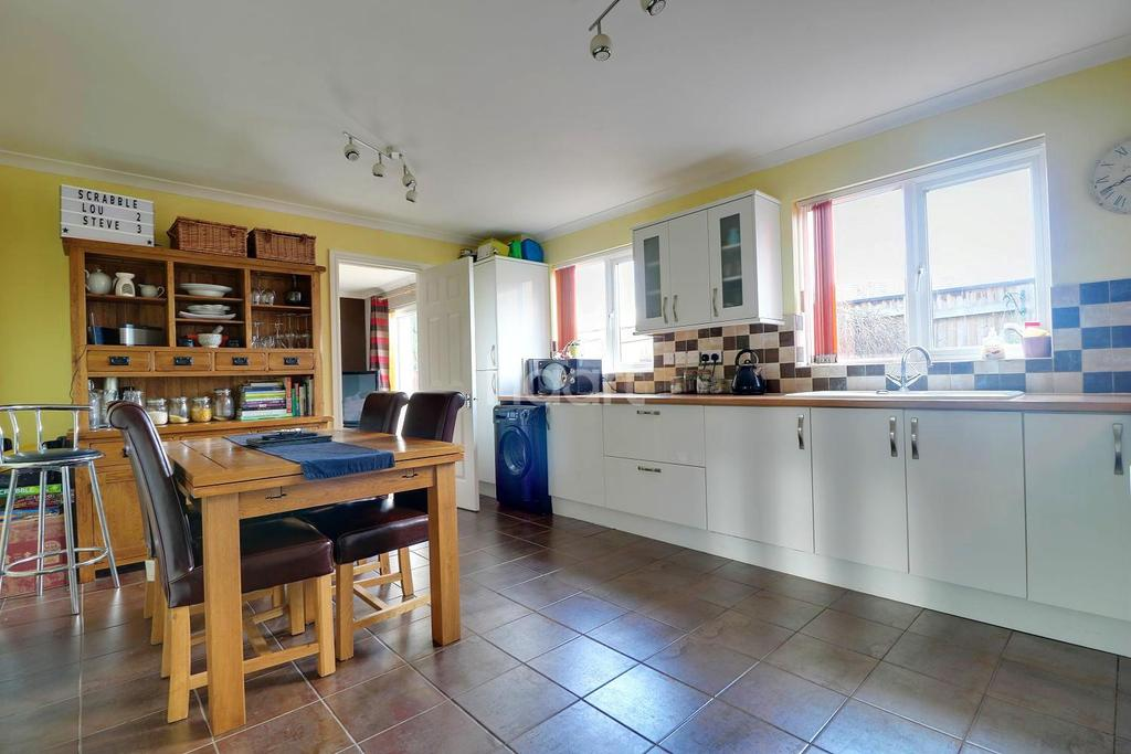4 Bedrooms Detached House for sale in Windflower Road, Swindon, Wiltshire