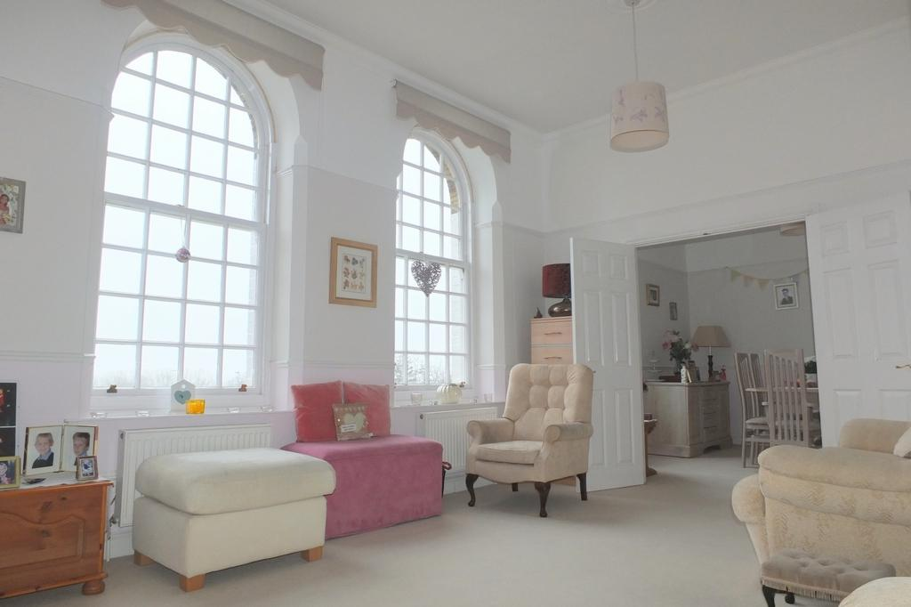3 Bedrooms Flat for sale in Southdowns Park, Haywards Heath, RH16