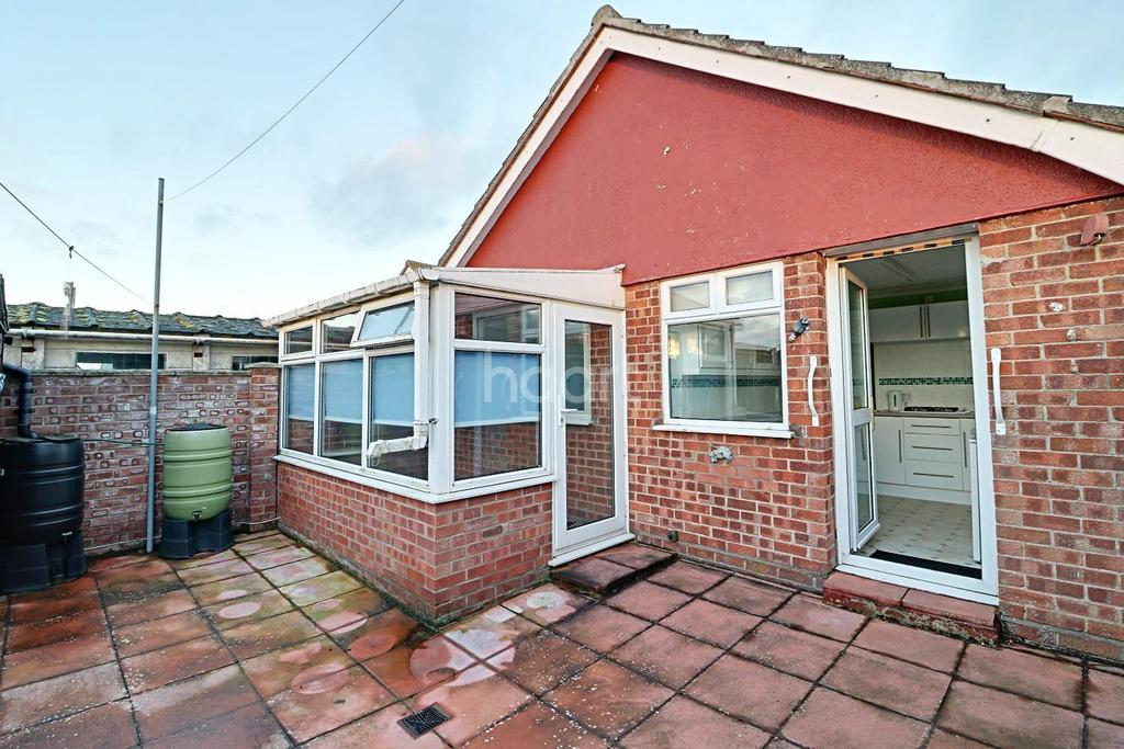 2 Bedrooms Bungalow for sale in Witney Green, Pakefield