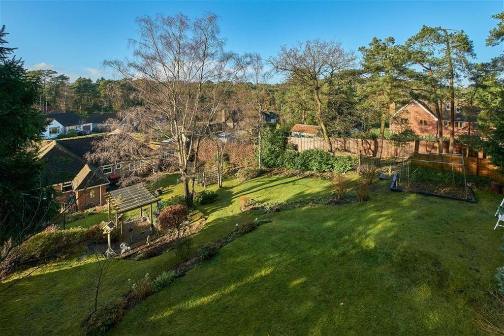 4 Bedrooms Detached Bungalow for sale in Vale Close, Farnham, Surrey