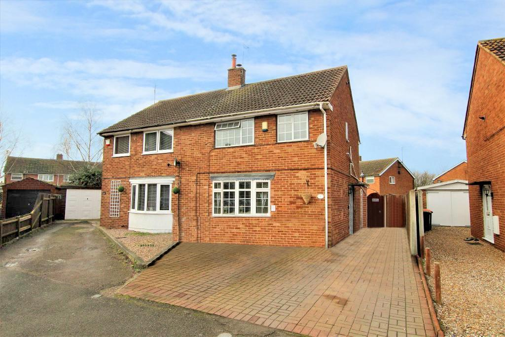 3 Bedrooms Semi Detached House for sale in Lancaster Close, Barton Le Clay, MK45 4PY